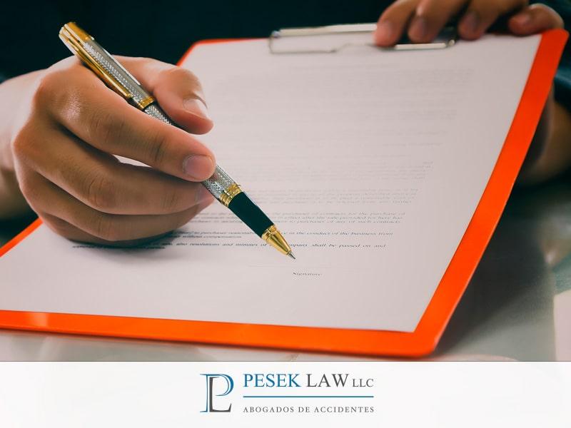 La aseguradora me quiere obligar a firmar documentos por mi accidente